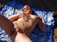 Vidéo porno mobile : Une nudiste va se faire démonter le cul